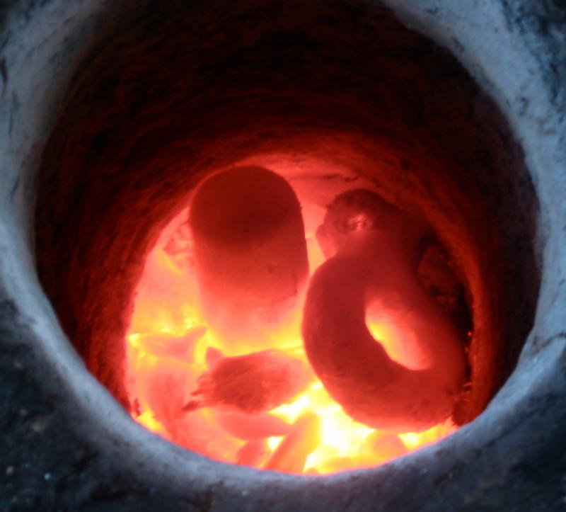 Bild des Brandes der Gussformen für den prähistorischen Bronzeguss