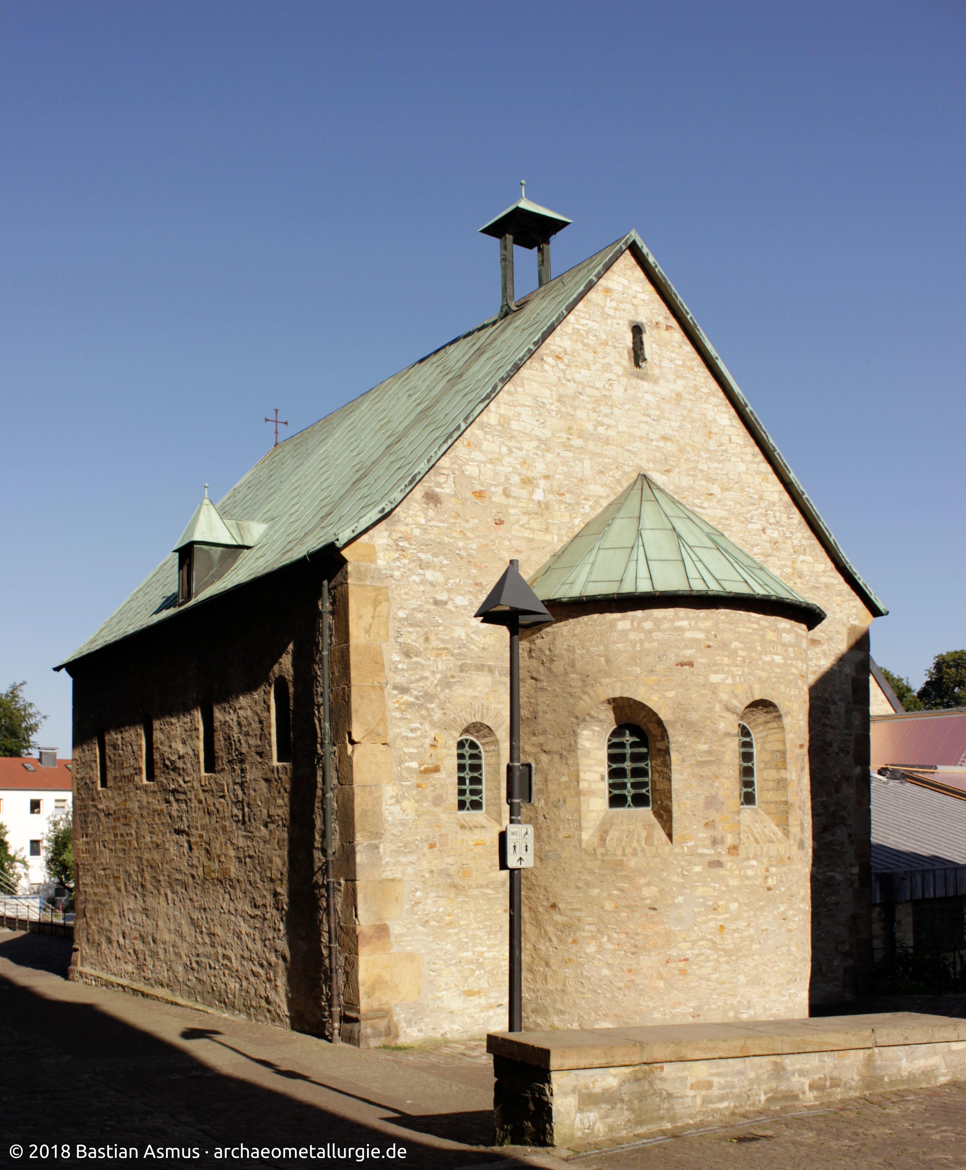 Bartholomäuskapelle, der Dachreiter für die romanische Kapelle ist noch leer!