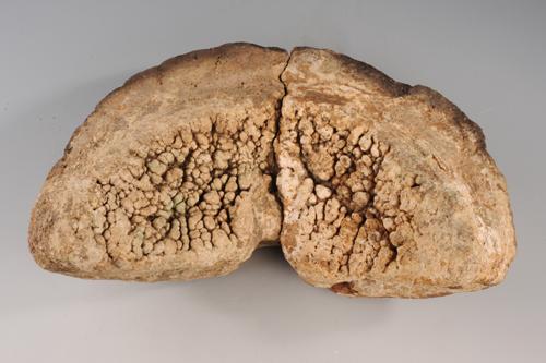 Bild eines Ofendeckels eines mittelalterlichen Messingzemetationsofen.