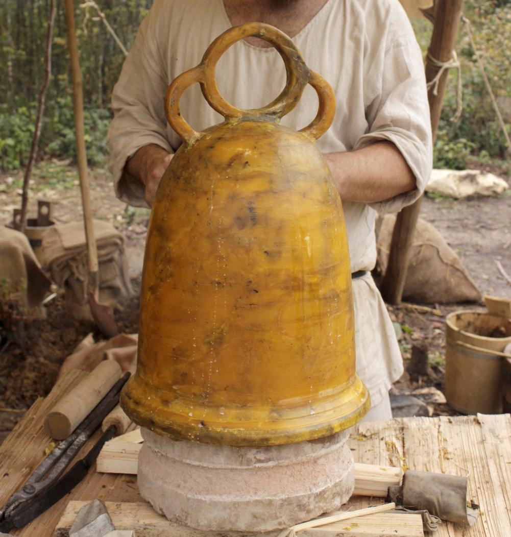 Für den Glockenguss in der Karolongerzeit wurde ein Wachsmodell der Bienkorbglocke benötigt.