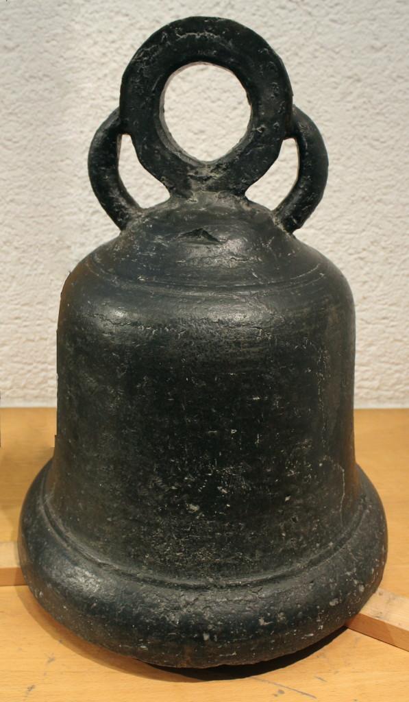 Bienkorbgocke, auch Theophilusglocke genannt aus dem 11. Jahrhundert. Diese stammt aus Hachem.
