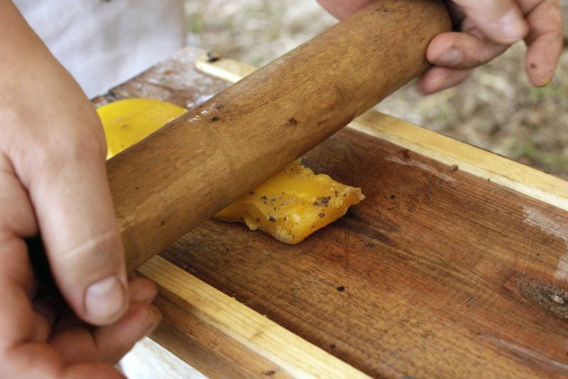 Glockenguss: Ein Werkzeug um gleichmäßig starke Wachsplatten zu machen.