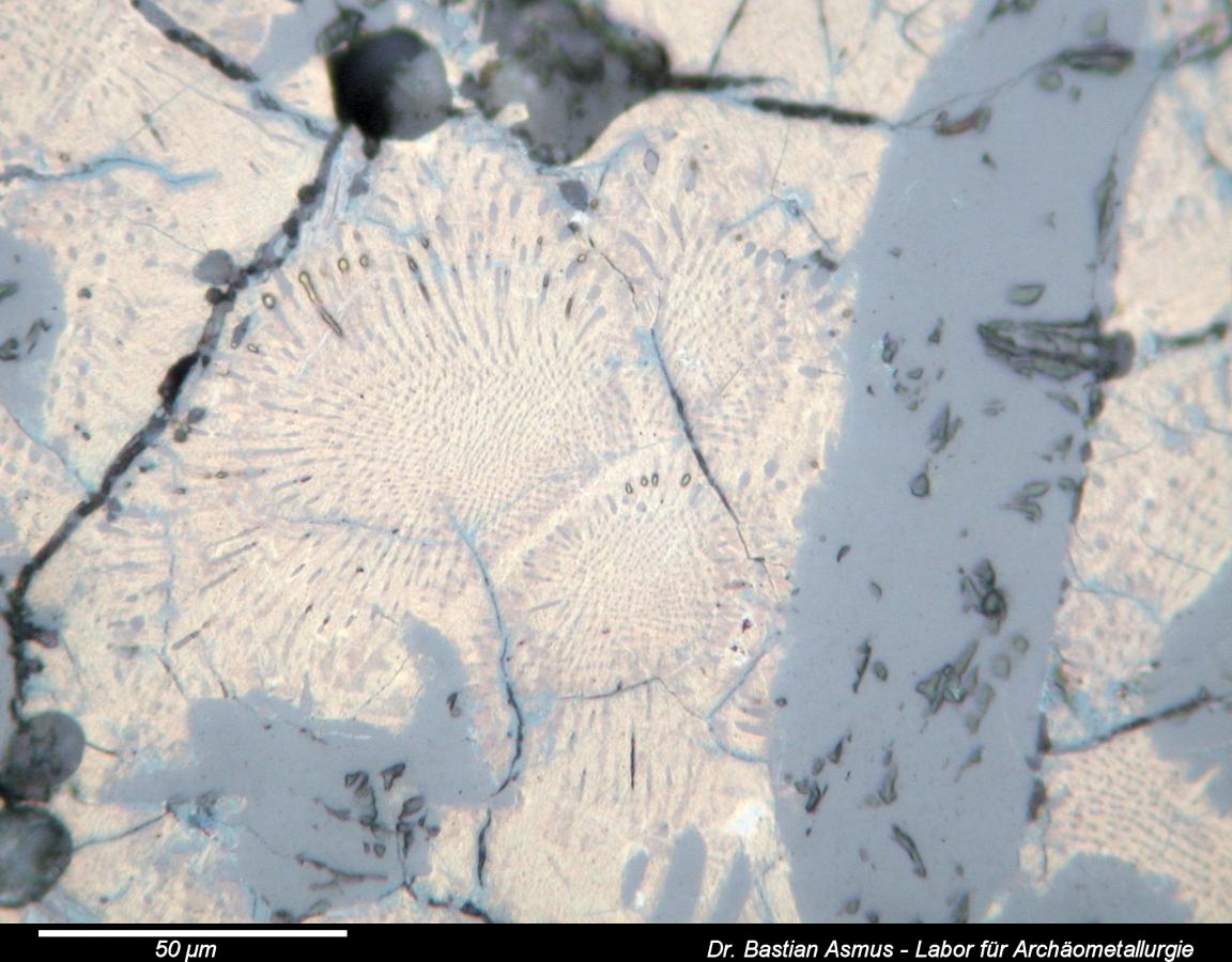 @ Bastian Asmus 2008. Stein, Ochsenhütte, Granetal, Germany. Length: 200 µm, PPL. Eutektisches Gefüge: Bornit in Chalkopyrit